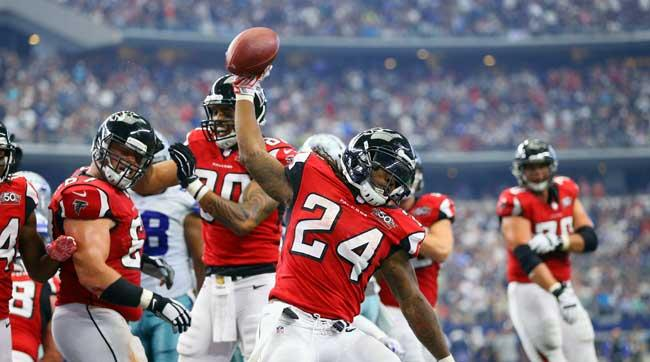 devonta-freeman-spiking-ball